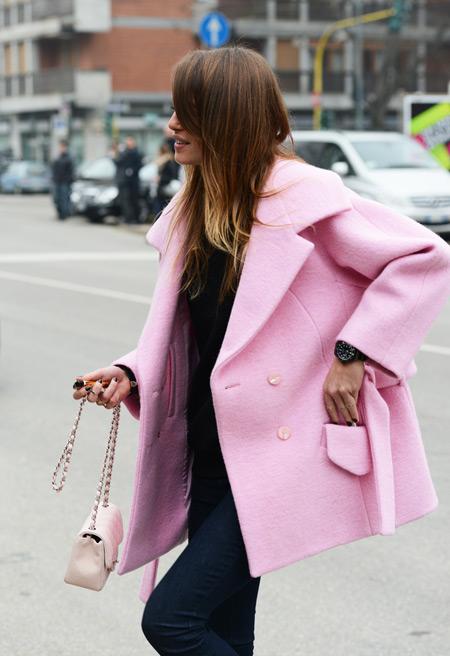 Think pink. Delicado ou exagerado, num detalhe ou no look todo, a moda pede um pouco de feminilidade. A moda pede pink.
