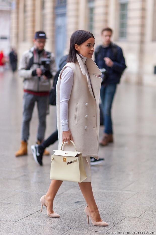 O maxi colete atualiza o look clássico e sofisticado.