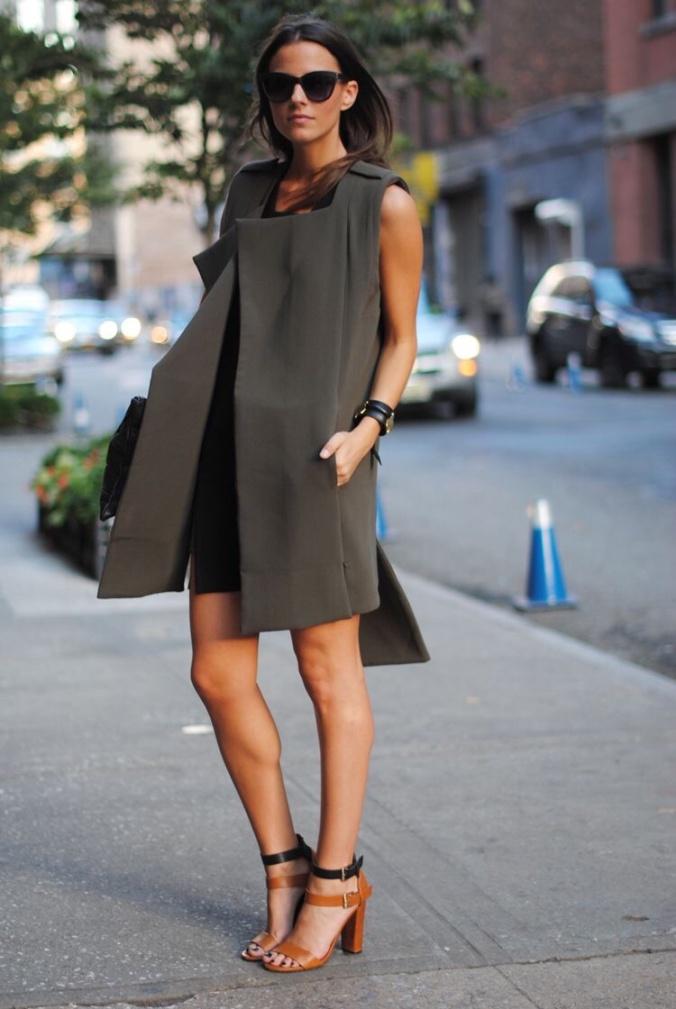 O colete faz as vezes de vestido, deixando ainda mais interessante o look